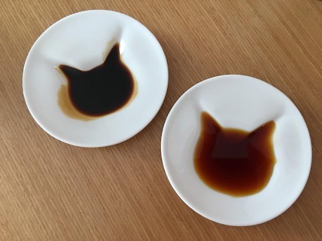 猫柄が浮かび上がるしょうゆ皿