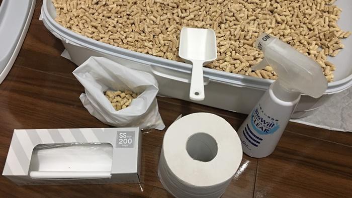 猫のトイレ掃除の様子(防臭袋BOS使用)